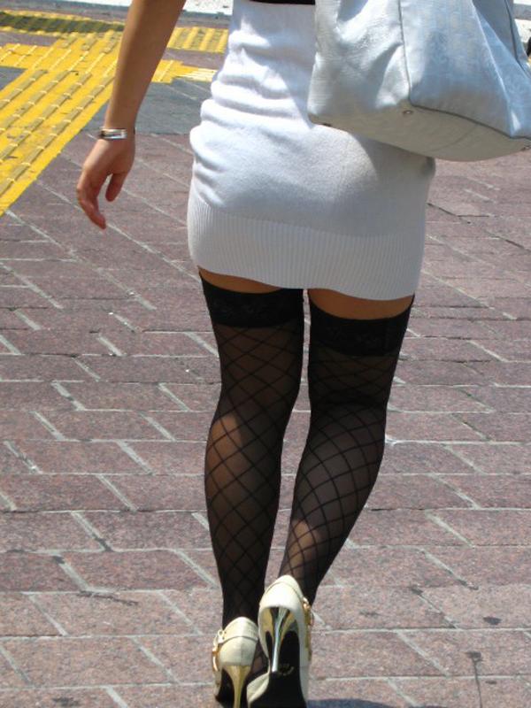 【街撮り美脚エロ画像】街中で目を惹く!ミニスカ美脚な女の子にズームイン! 25