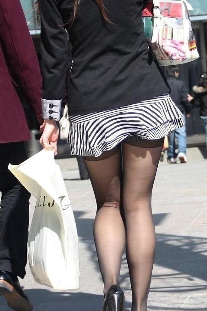 【街撮り美脚エロ画像】街中で目を惹く!ミニスカ美脚な女の子にズームイン! 26
