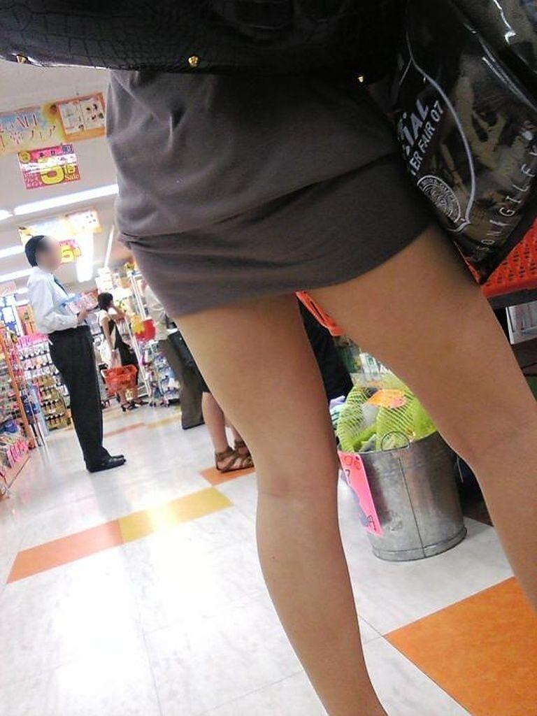 【街撮り美脚エロ画像】街中で目を惹く!ミニスカ美脚な女の子にズームイン! 31
