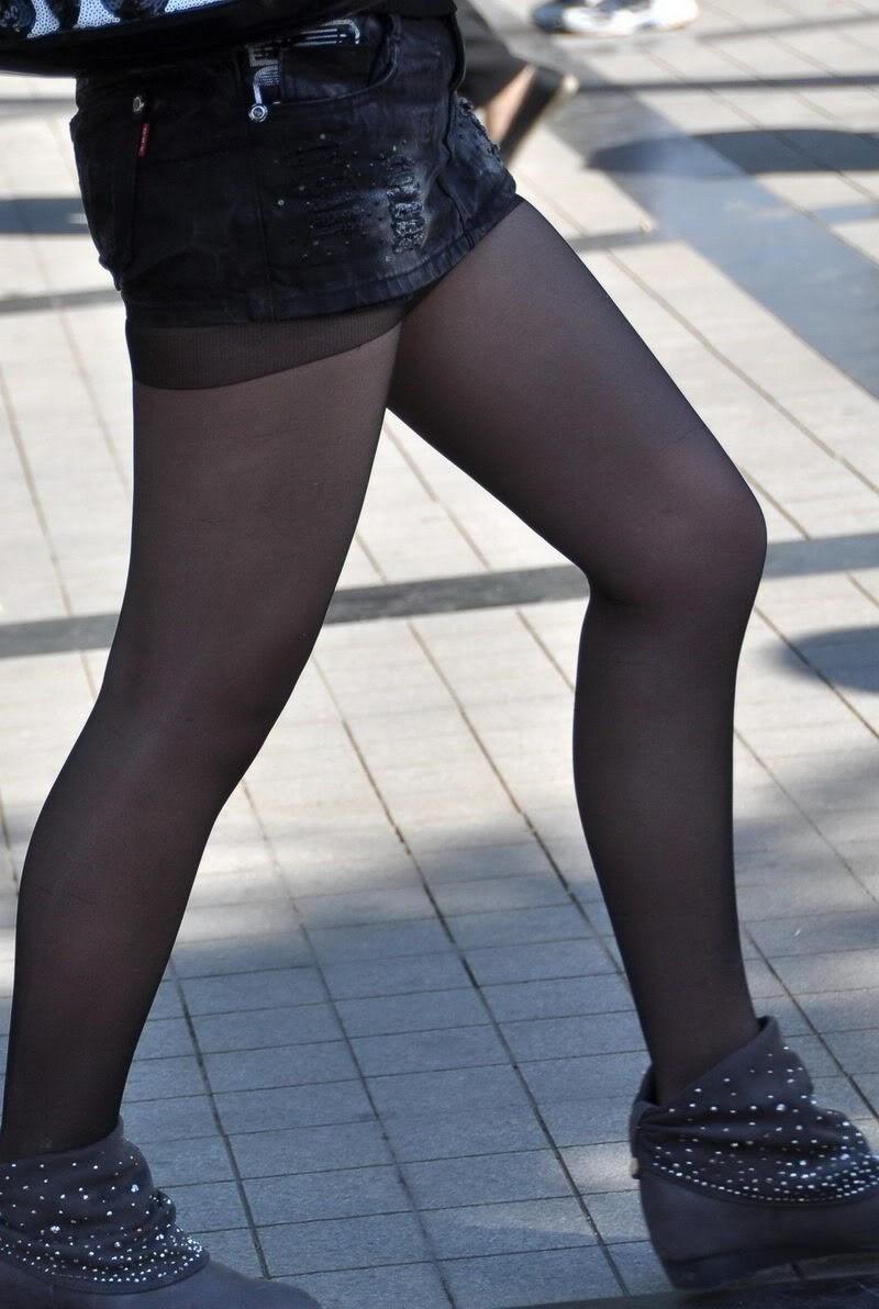【街撮り美脚エロ画像】街中で目を惹く!ミニスカ美脚な女の子にズームイン! 34
