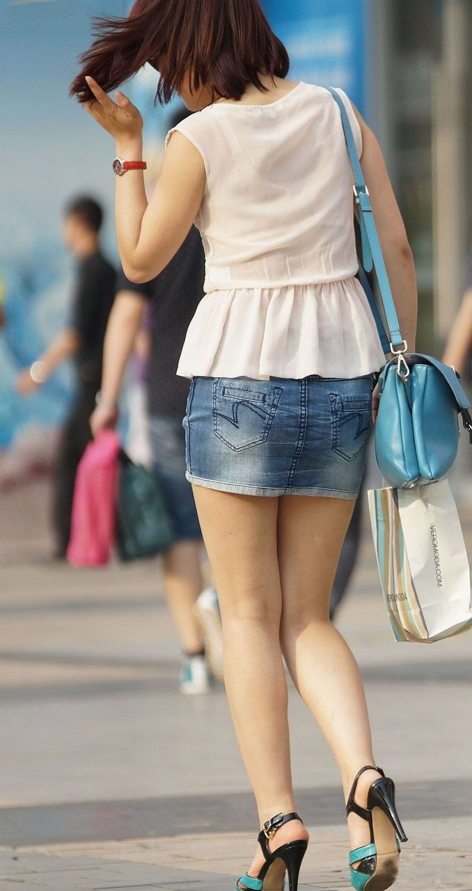 【街撮り美脚エロ画像】街中で目を惹く!ミニスカ美脚な女の子にズームイン! 35