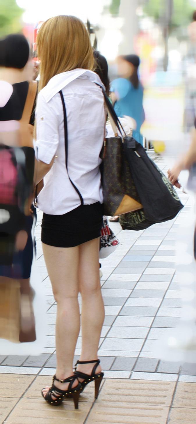 【街撮り美脚エロ画像】街中で目を惹く!ミニスカ美脚な女の子にズームイン! 36