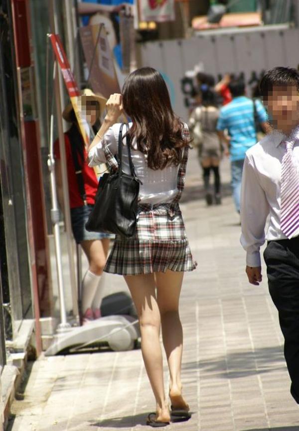【街撮り美脚エロ画像】街中で目を惹く!ミニスカ美脚な女の子にズームイン! 37
