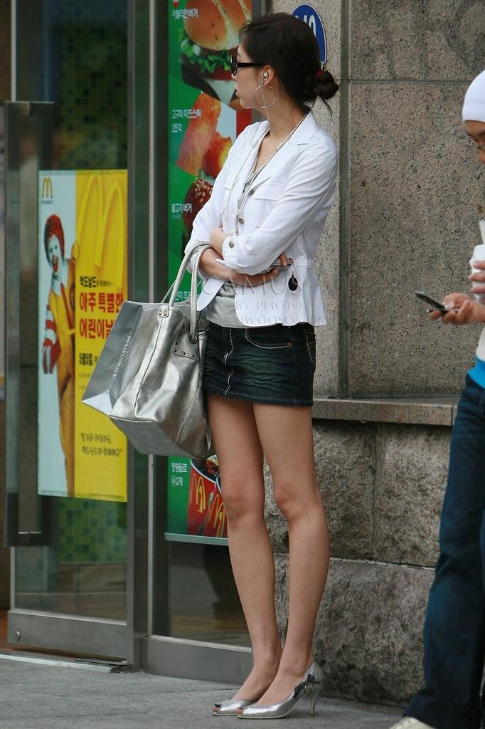 【街撮り美脚エロ画像】街中で目を惹く!ミニスカ美脚な女の子にズームイン! 38