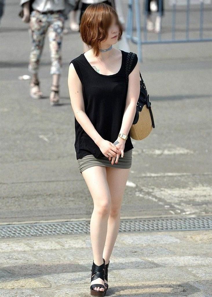 【街撮り美脚エロ画像】街中で目を惹く!ミニスカ美脚な女の子にズームイン! 40