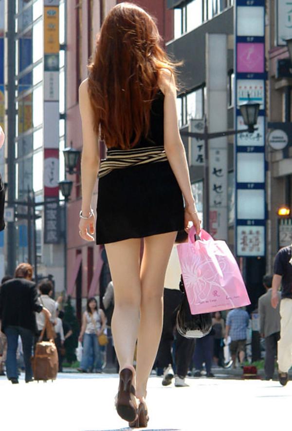 【街撮り美脚エロ画像】街中で目を惹く!ミニスカ美脚な女の子にズームイン! 41