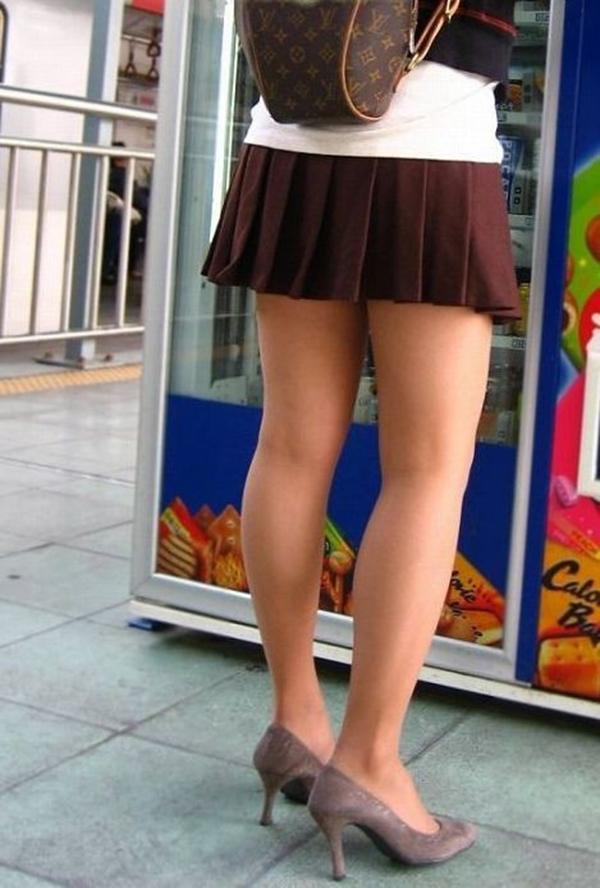 【街撮り美脚エロ画像】街中で目を惹く!ミニスカ美脚な女の子にズームイン! 42