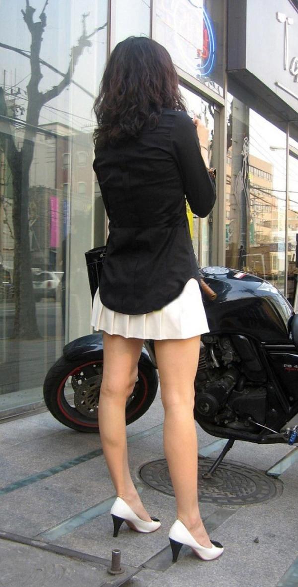 【街撮り美脚エロ画像】街中で目を惹く!ミニスカ美脚な女の子にズームイン! 45