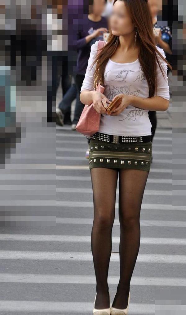 【街撮り美脚エロ画像】街中で目を惹く!ミニスカ美脚な女の子にズームイン! 49