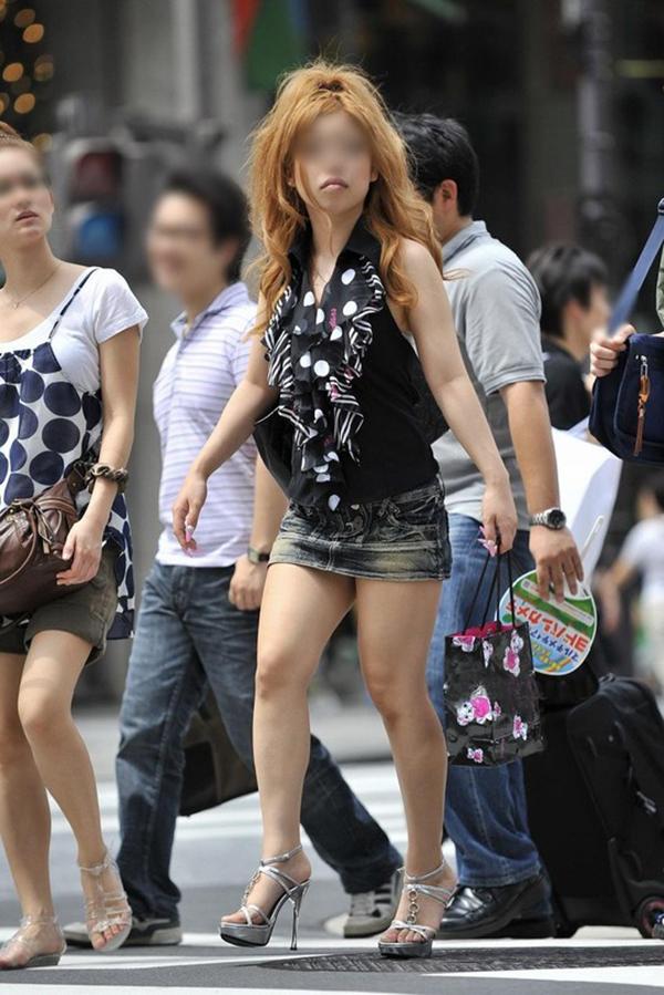 【街撮り美脚エロ画像】街中で目を惹く!ミニスカ美脚な女の子にズームイン! 51