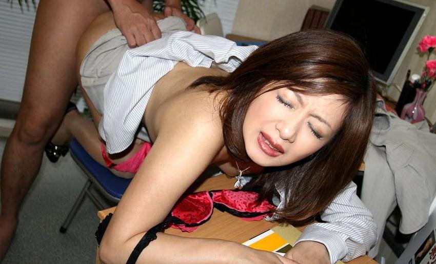 【着衣セックスエロ画像】半脱ぎでセックス!着衣は最低限だけ脱いでハメハメww 33