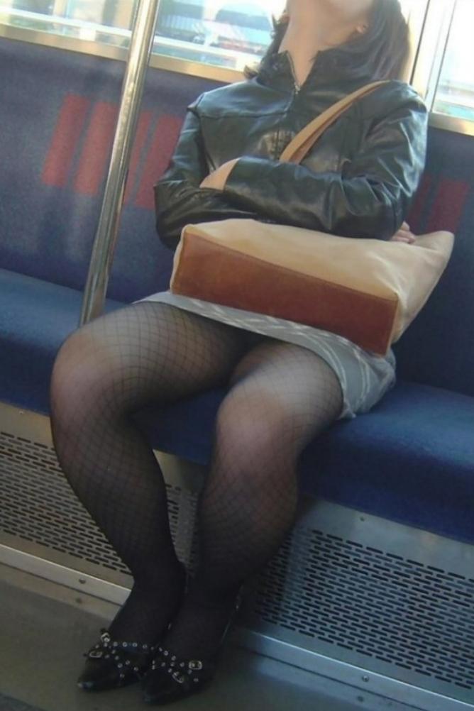 【電車内盗撮エロ画像】電車内でパンチラや胸チラしている素人娘たちを盗撮!