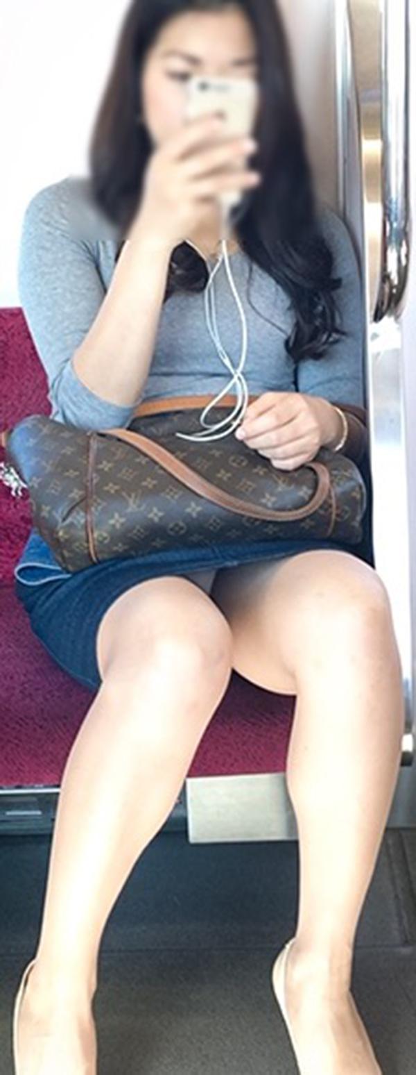 【電車内盗撮エロ画像】電車内でパンチラや胸チラしている素人娘たちを盗撮! 02