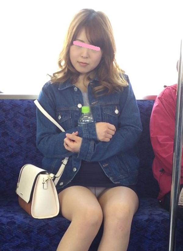 【電車内盗撮エロ画像】電車内でパンチラや胸チラしている素人娘たちを盗撮! 06
