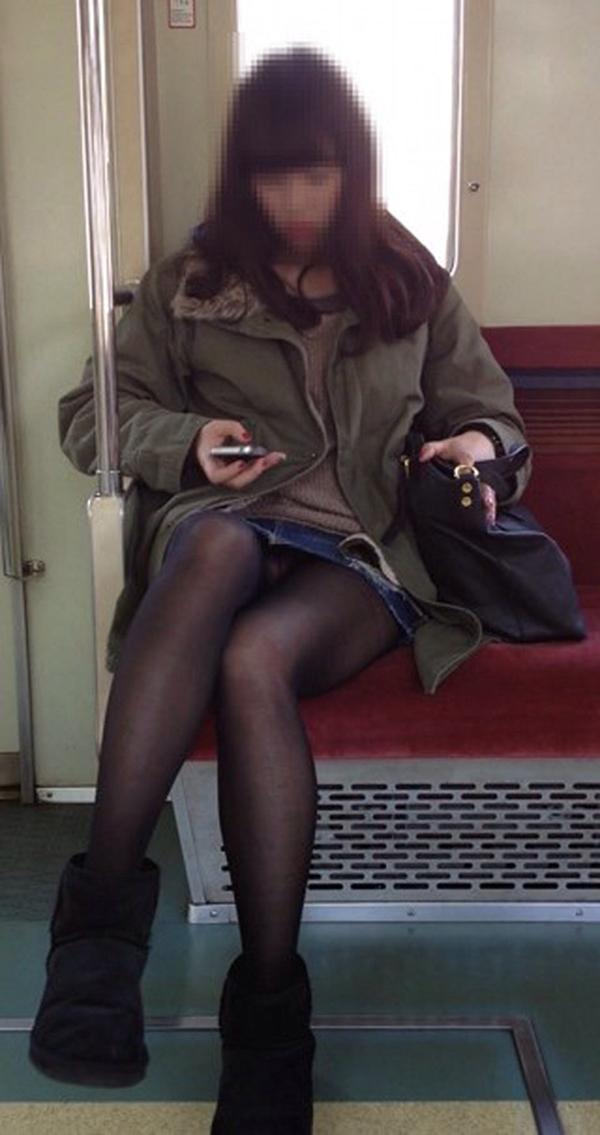 【電車内盗撮エロ画像】電車内でパンチラや胸チラしている素人娘たちを盗撮! 09