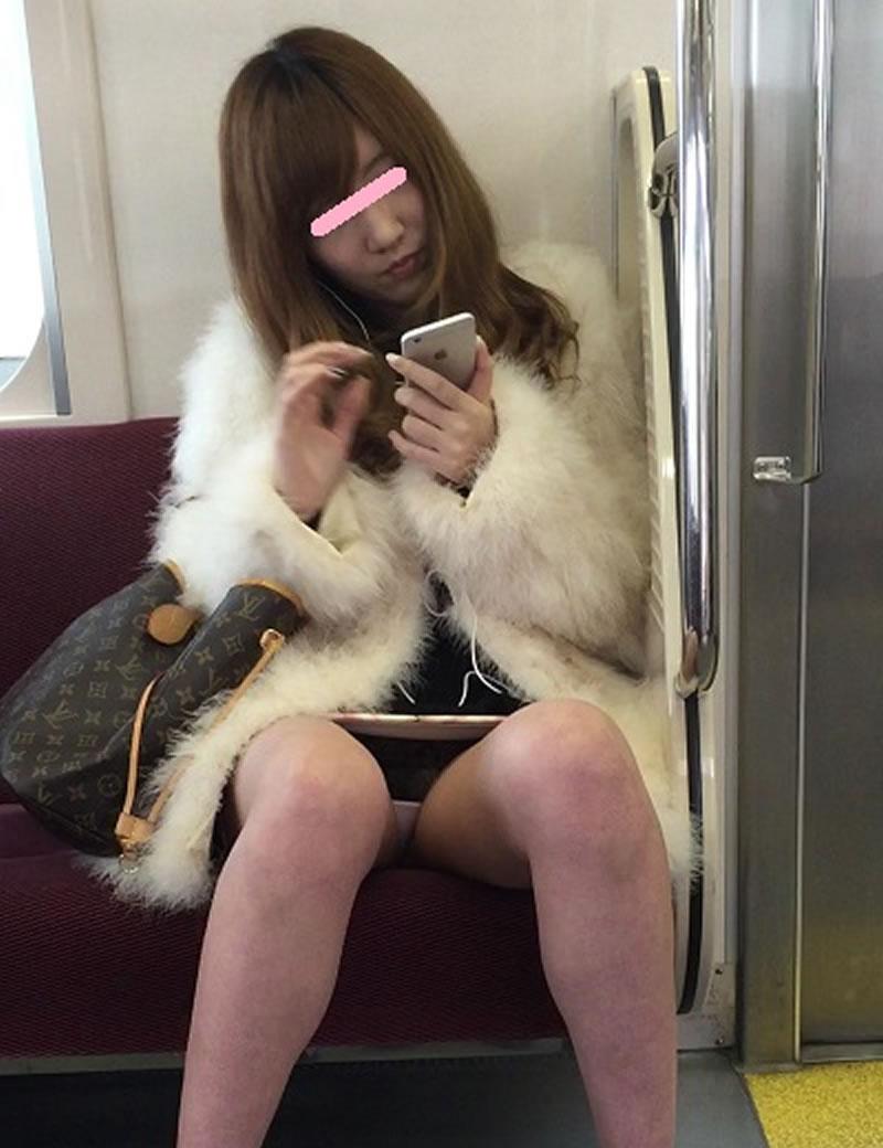 【電車内盗撮エロ画像】電車内でパンチラや胸チラしている素人娘たちを盗撮! 10