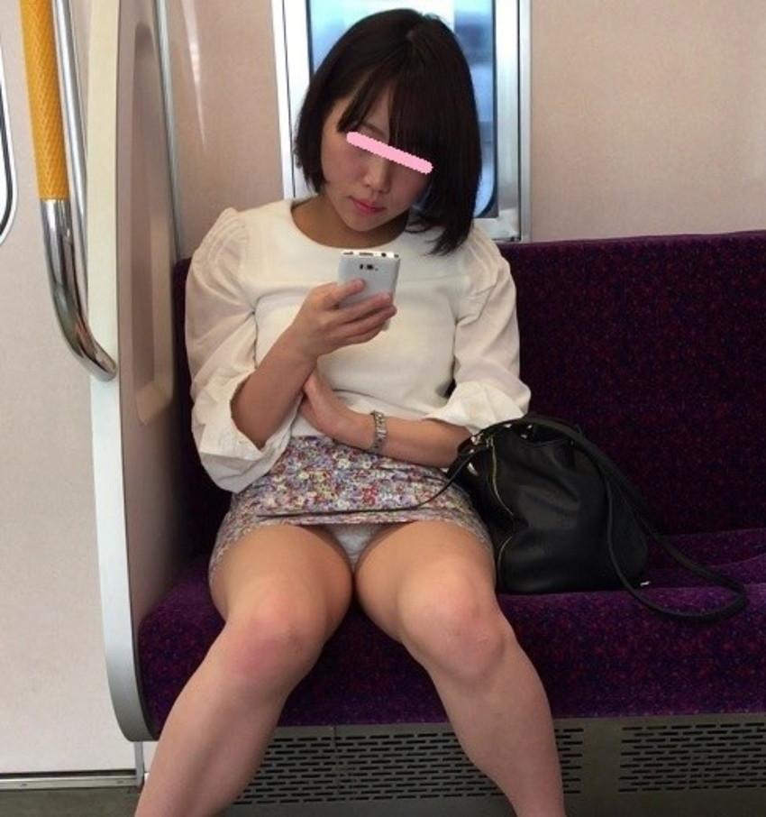 【電車内盗撮エロ画像】電車内でパンチラや胸チラしている素人娘たちを盗撮! 11