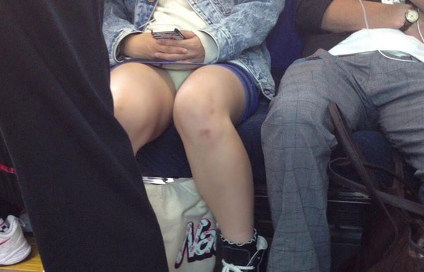 【電車内盗撮エロ画像】電車内でパンチラや胸チラしている素人娘たちを盗撮! 17