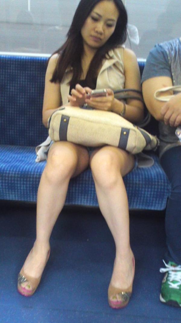 【電車内盗撮エロ画像】電車内でパンチラや胸チラしている素人娘たちを盗撮! 23