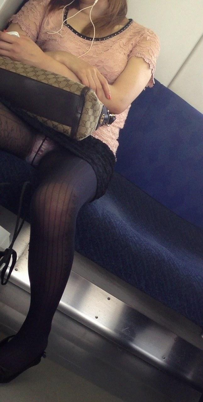 【電車内盗撮エロ画像】電車内でパンチラや胸チラしている素人娘たちを盗撮! 24