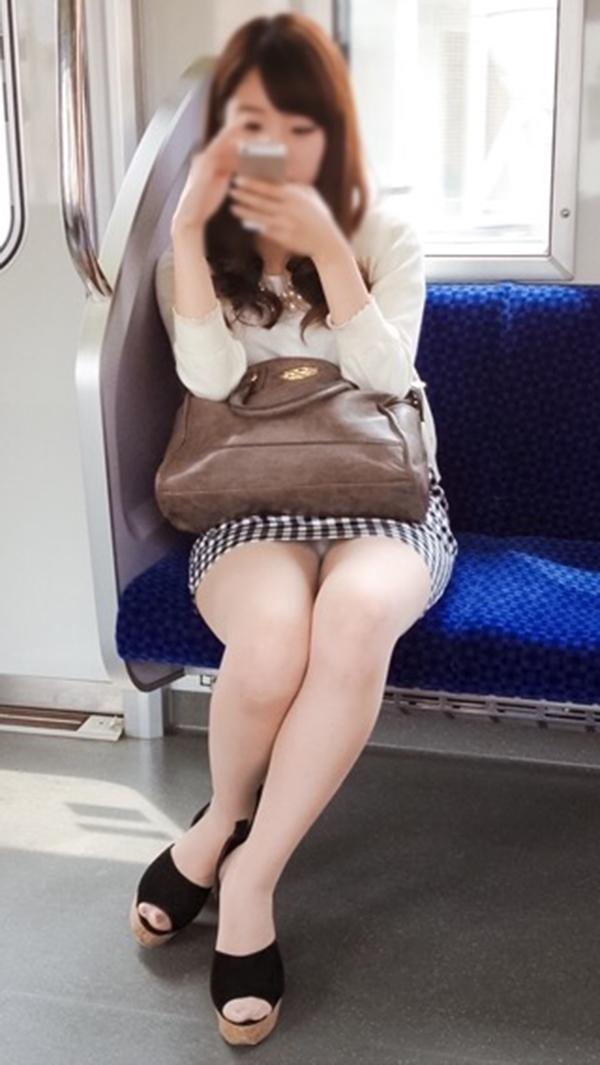 【電車内盗撮エロ画像】電車内でパンチラや胸チラしている素人娘たちを盗撮! 25