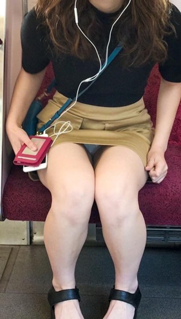 【電車内盗撮エロ画像】電車内でパンチラや胸チラしている素人娘たちを盗撮! 26
