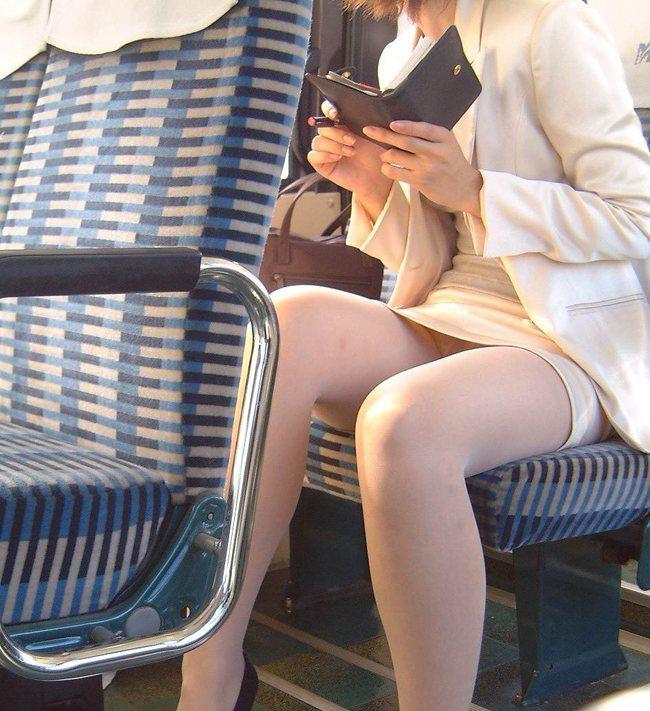 【電車内盗撮エロ画像】電車内でパンチラや胸チラしている素人娘たちを盗撮! 37