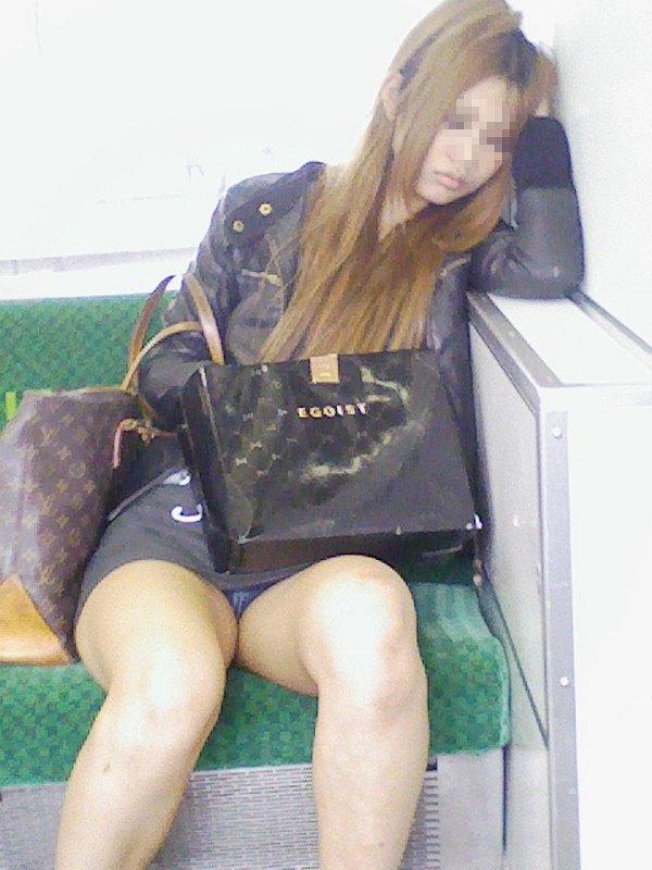 【電車内盗撮エロ画像】電車内でパンチラや胸チラしている素人娘たちを盗撮! 39