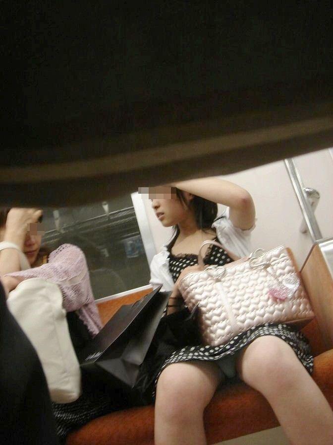 【電車内盗撮エロ画像】電車内でパンチラや胸チラしている素人娘たちを盗撮! 42