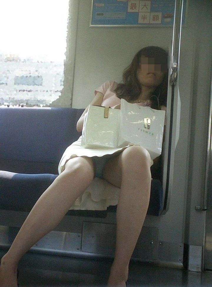 【電車内盗撮エロ画像】電車内でパンチラや胸チラしている素人娘たちを盗撮! 46