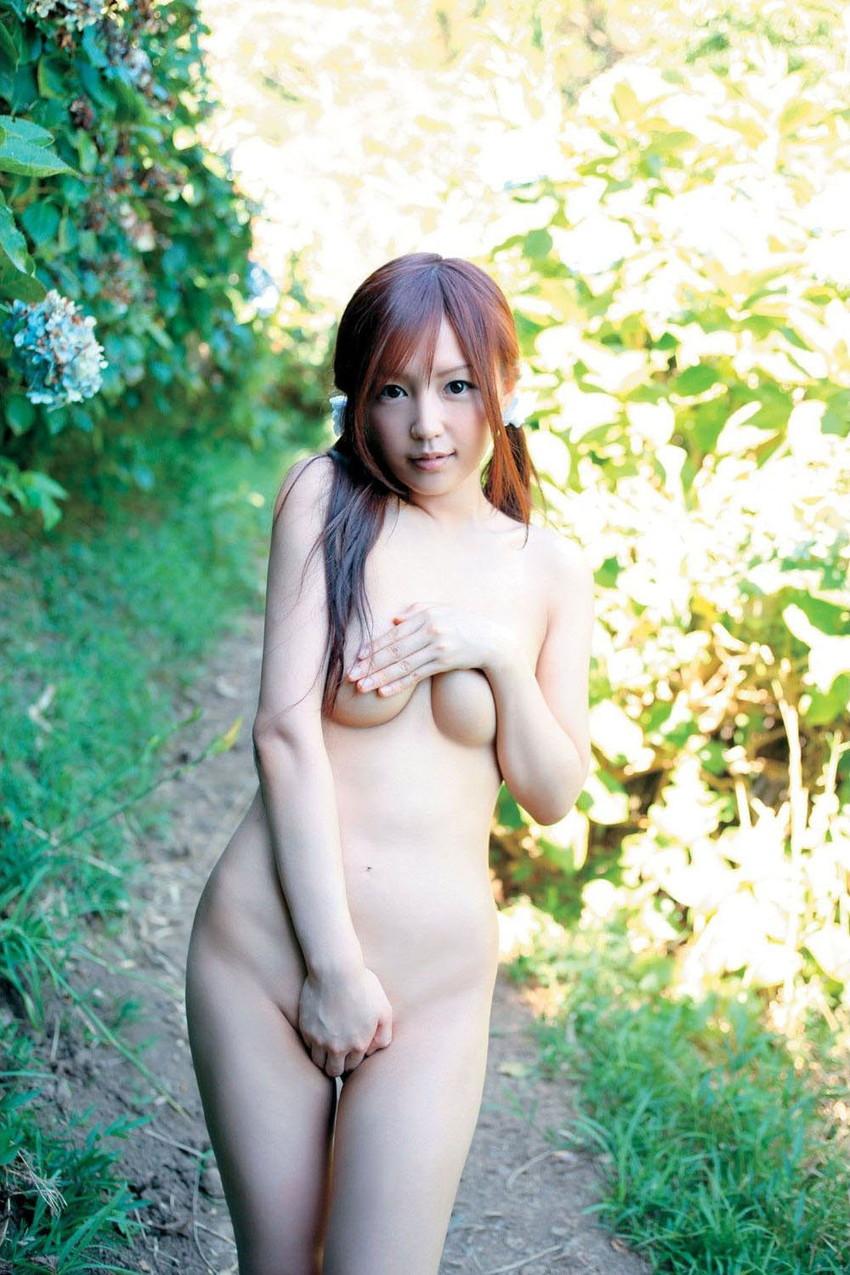 【野外露出エロ画像】野外で露出している女たちの過激さが草生えるwww 10