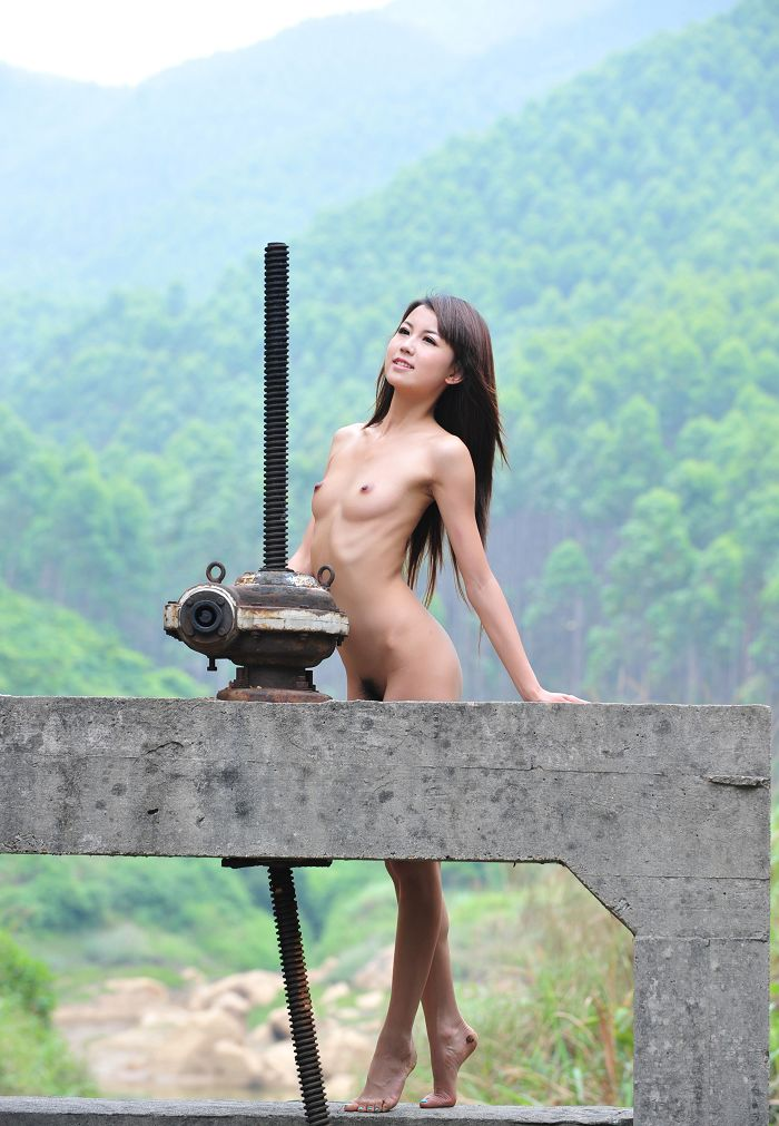 【野外露出エロ画像】野外で露出している女たちの過激さが草生えるwww 27