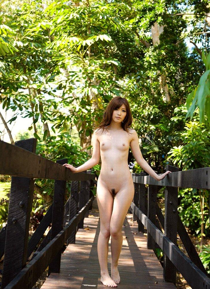 【野外露出エロ画像】野外で露出している女たちの過激さが草生えるwww 46