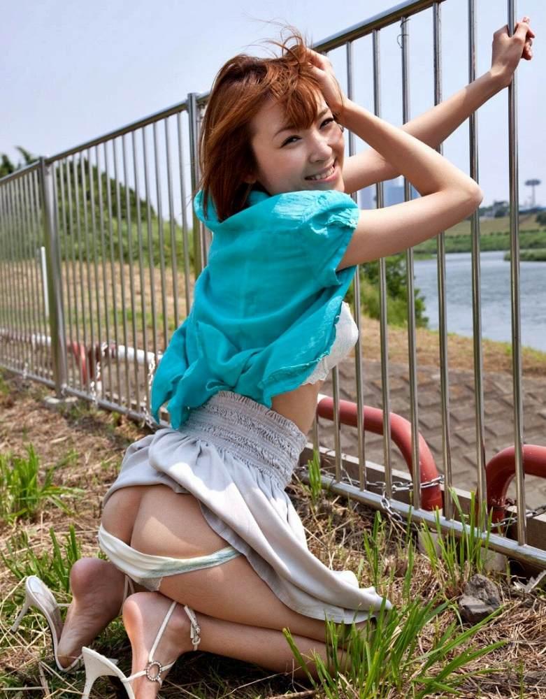 【野外露出エロ画像】野外で露出している女たちの過激さが草生えるwww 47