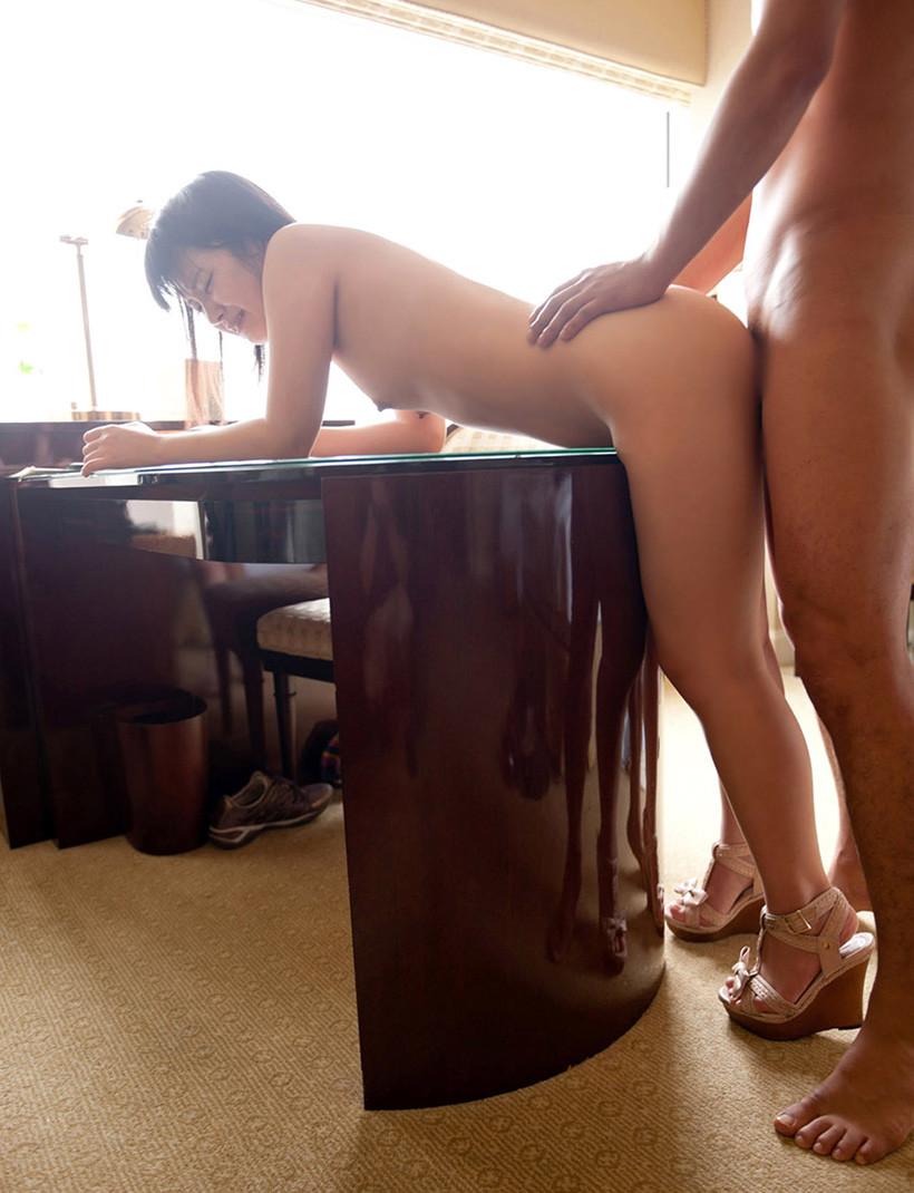 【立ちバックエロ画像】野外セックスなどのシーンで活躍するお手軽体位がこちらwww 09