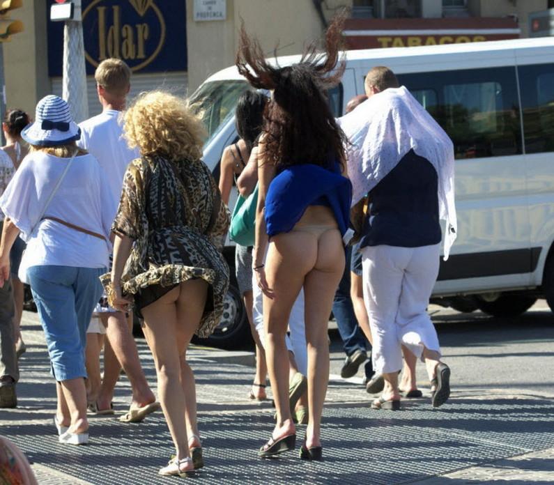 【海外パンチラエロ画像】海外女性たちの股間を狙った海外パンチラエロ画像 03