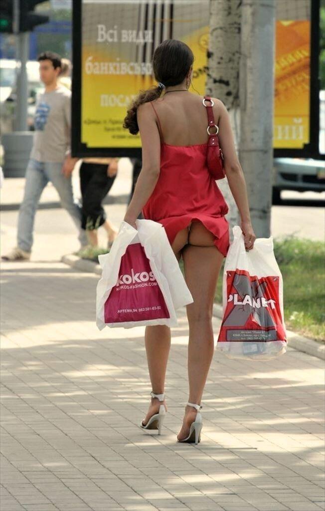 【海外パンチラエロ画像】海外女性たちの股間を狙った海外パンチラエロ画像 24