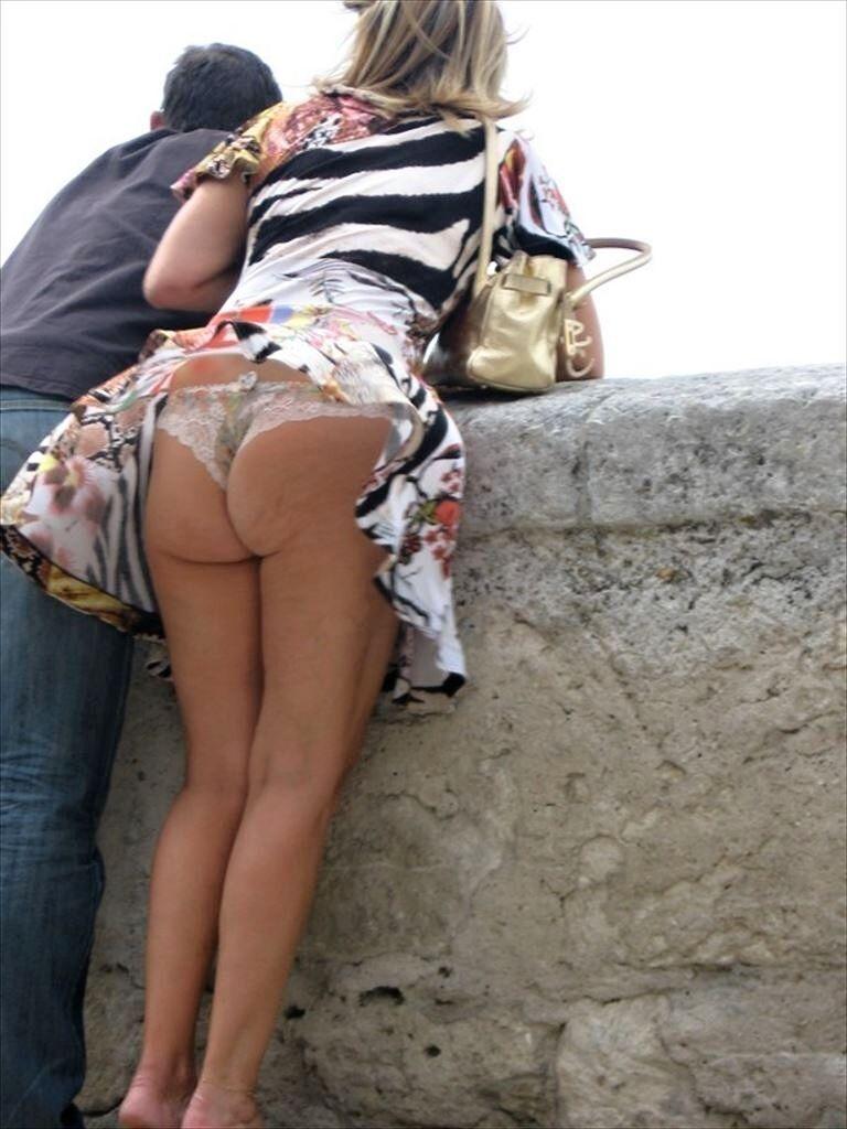 【海外パンチラエロ画像】海外女性たちの股間を狙った海外パンチラエロ画像 26