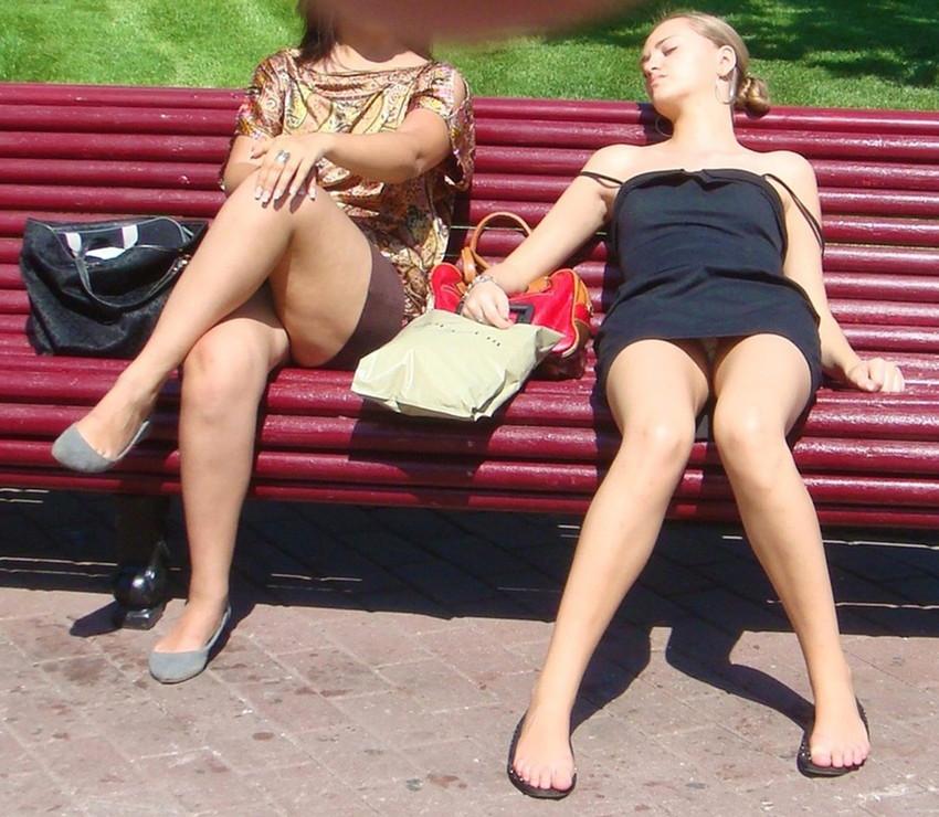 【海外パンチラエロ画像】海外女性たちの股間を狙った海外パンチラエロ画像 35