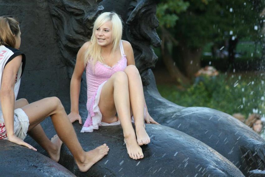 【海外パンチラエロ画像】海外女性たちの股間を狙った海外パンチラエロ画像 47