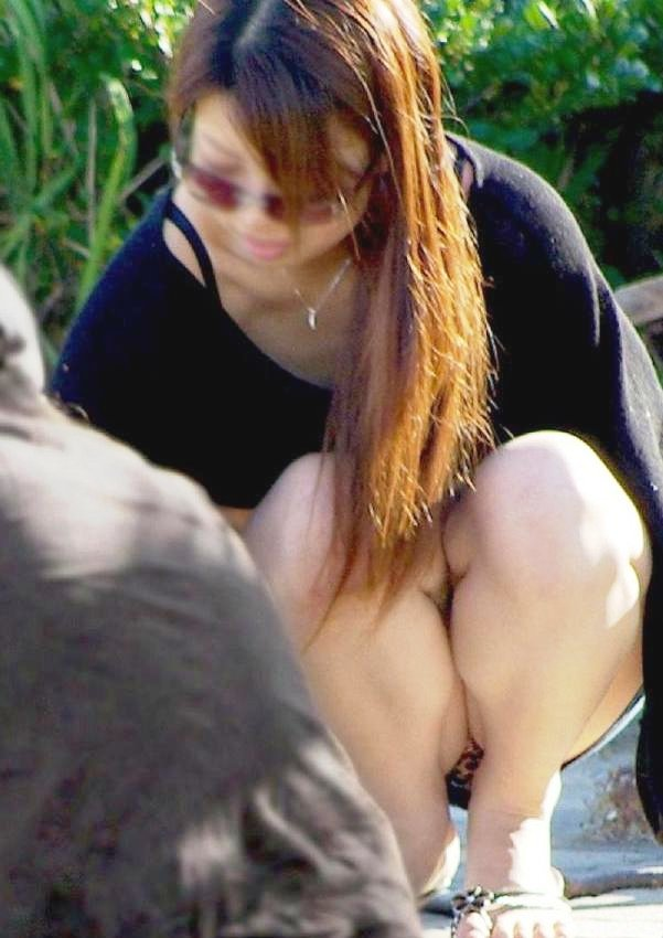 【街撮りパンチラエロ画像】街中でパンチラしている素人娘たちを激写!wwww 04