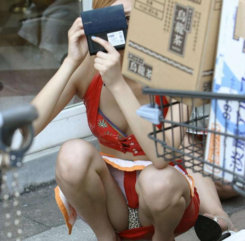 【街撮りパンチラエロ画像】街中でパンチラしている素人娘たちを激写!wwww 10