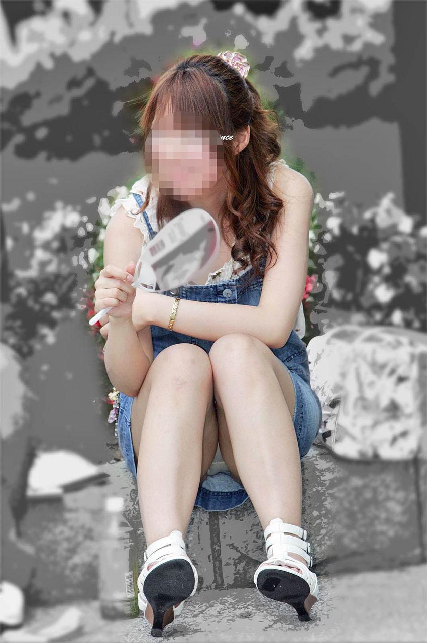 【街撮りパンチラエロ画像】街中でパンチラしている素人娘たちを激写!wwww 13