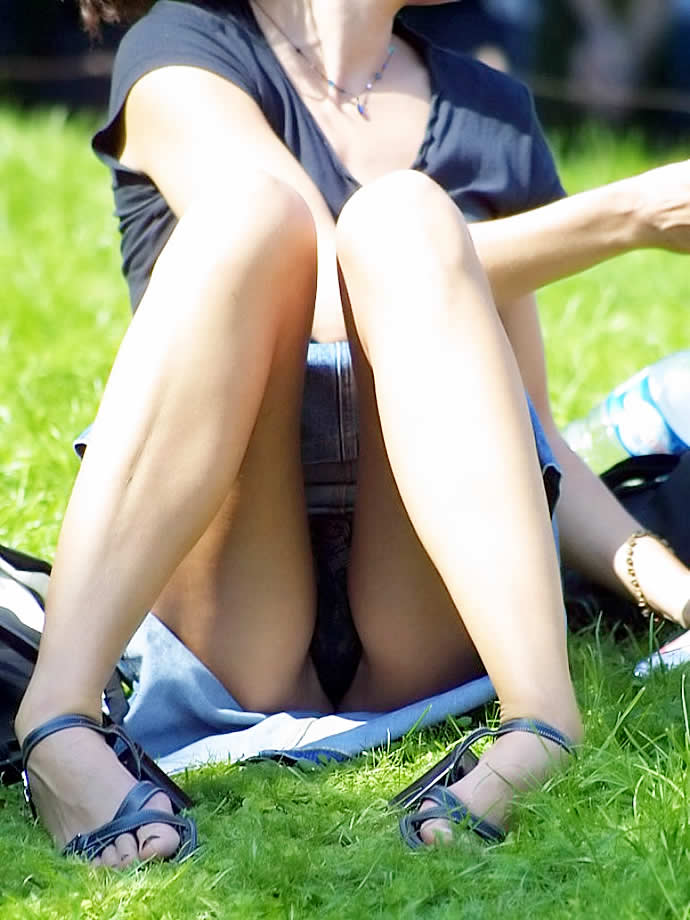 【街撮りパンチラエロ画像】街中でパンチラしている素人娘たちを激写!wwww 17
