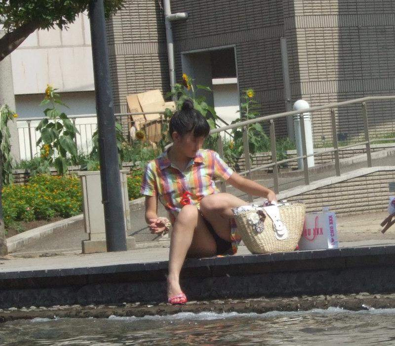 【街撮りパンチラエロ画像】街中でパンチラしている素人娘たちを激写!wwww 19