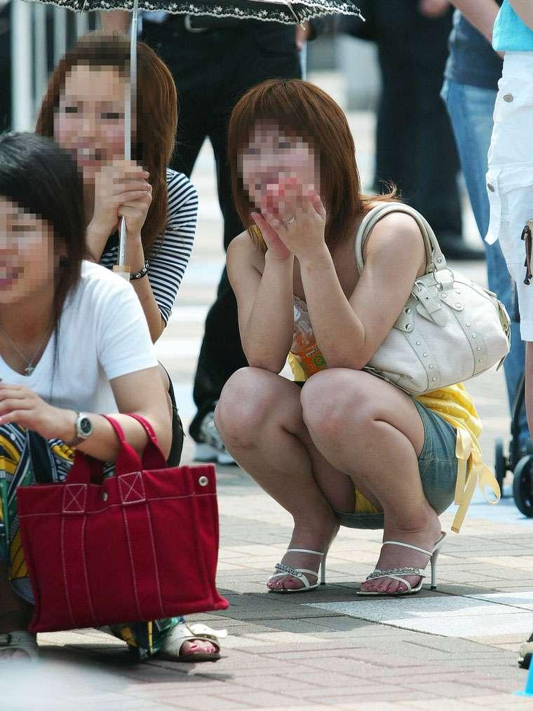 【街撮りパンチラエロ画像】街中でパンチラしている素人娘たちを激写!wwww 20