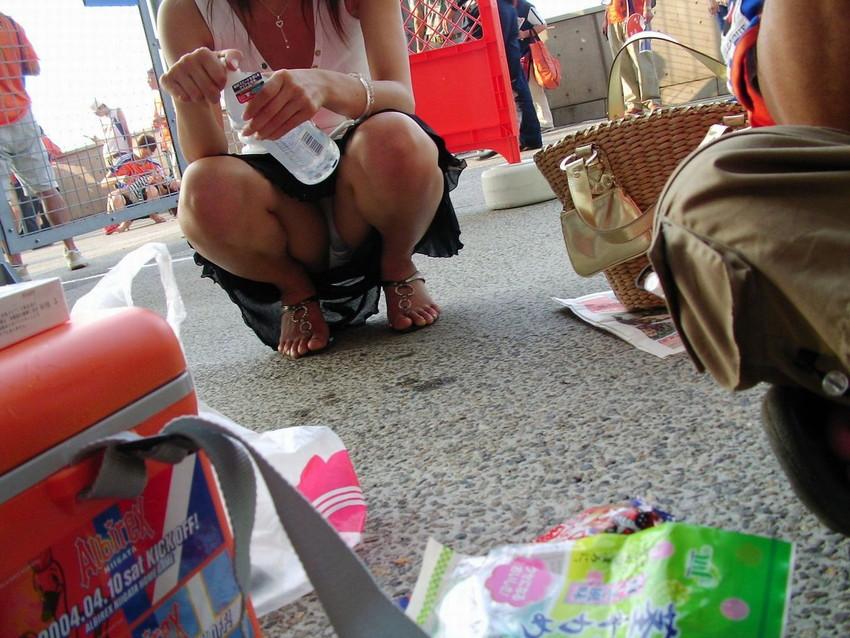 【街撮りパンチラエロ画像】街中でパンチラしている素人娘たちを激写!wwww 21