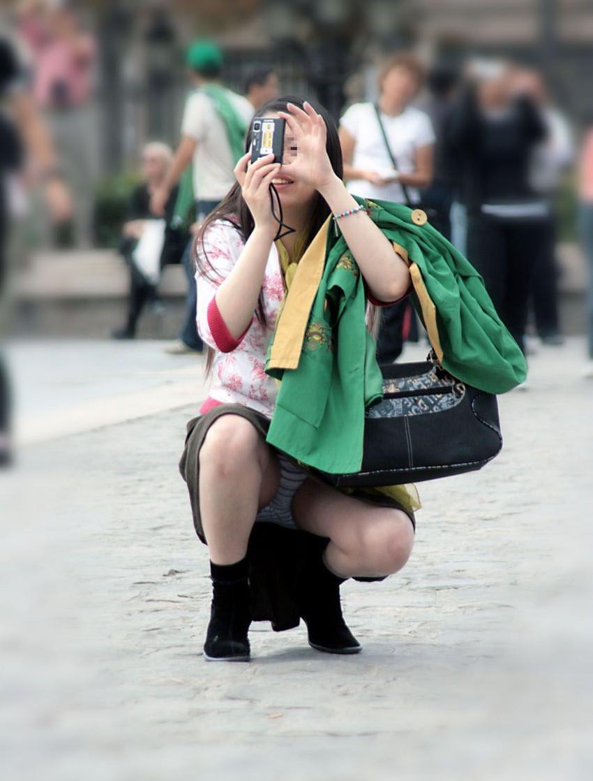 【街撮りパンチラエロ画像】街中でパンチラしている素人娘たちを激写!wwww 22