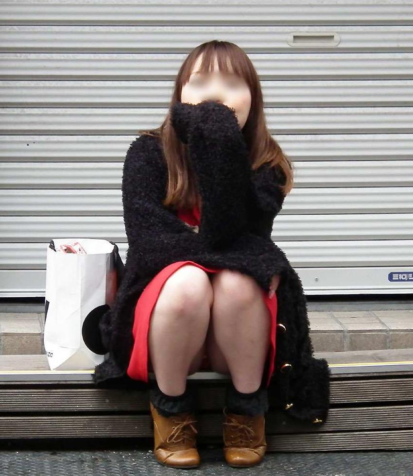 【街撮りパンチラエロ画像】街中でパンチラしている素人娘たちを激写!wwww 24