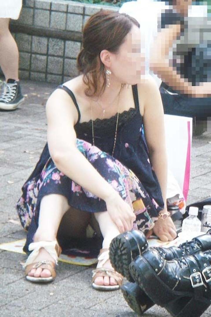 【街撮りパンチラエロ画像】街中でパンチラしている素人娘たちを激写!wwww 25